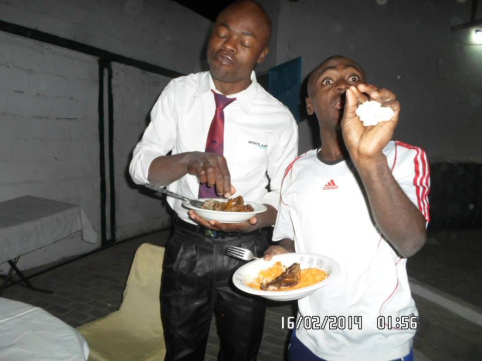 Le chef d'agence d'Express Union d'Amchidé (en maillot blanc) et le Chef d'Agence d'Emi Money d'Amchidé) lors d'une célébration