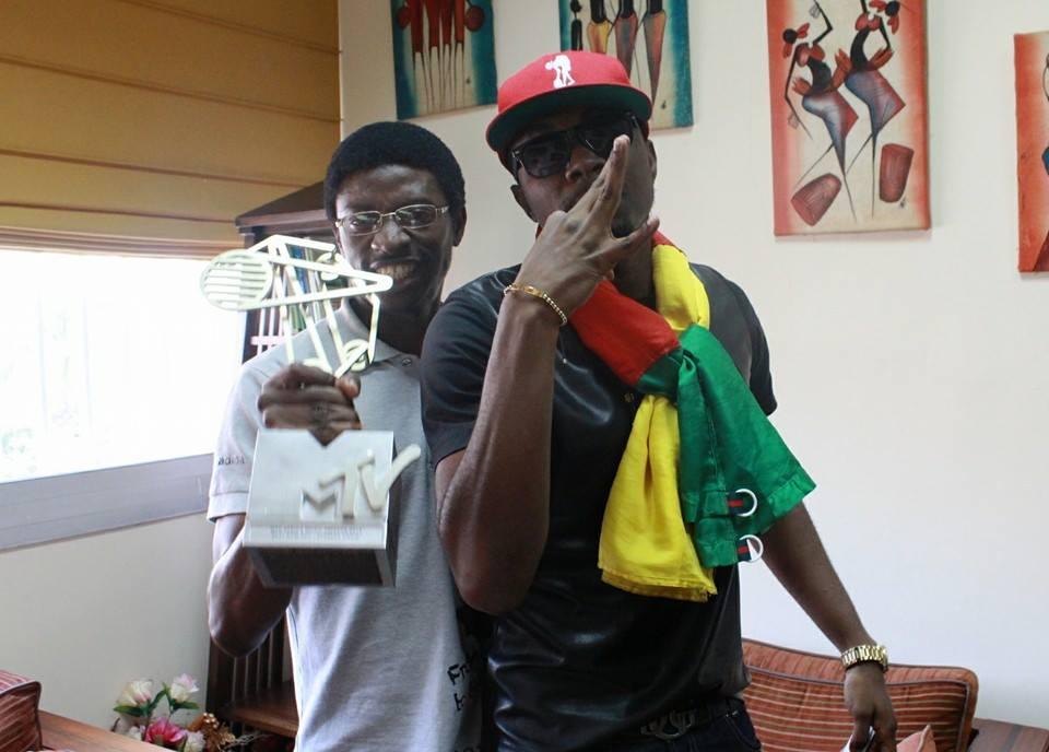 Daniel Ndieh et Stanley Enow lors de la présentation de son trophée MTV AWARDS au Ministère des Arts et de la Culture